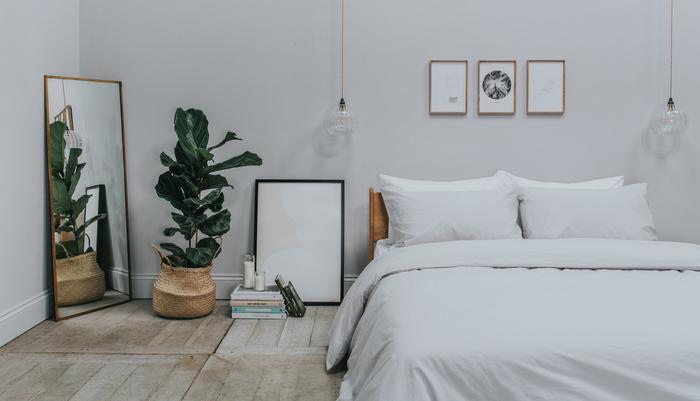Linen bedding in a bedroom